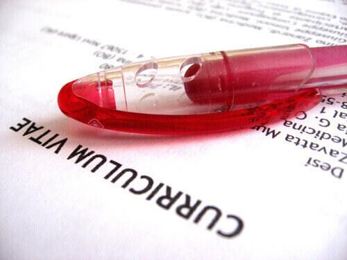 Roter Kugelschreiber auf einem Lebenslauf