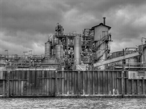 Industrie-Anlage neben der Elbe in Hamburg
