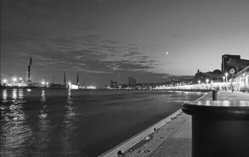 Schwarzweiß Foto von der Elbe in Hamburg